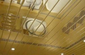 Современное решение: подвесной потолок в ванной комнате