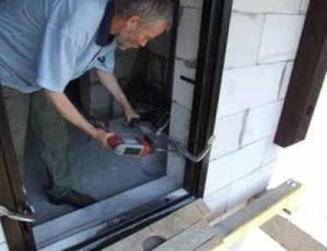 Делаем ремонт дверей своими руками